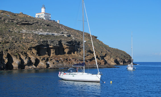 vista isla con barco
