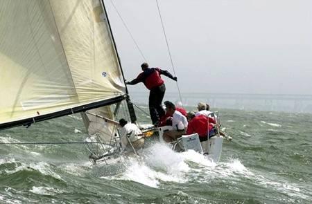 barco navegando mal tiempo jpg