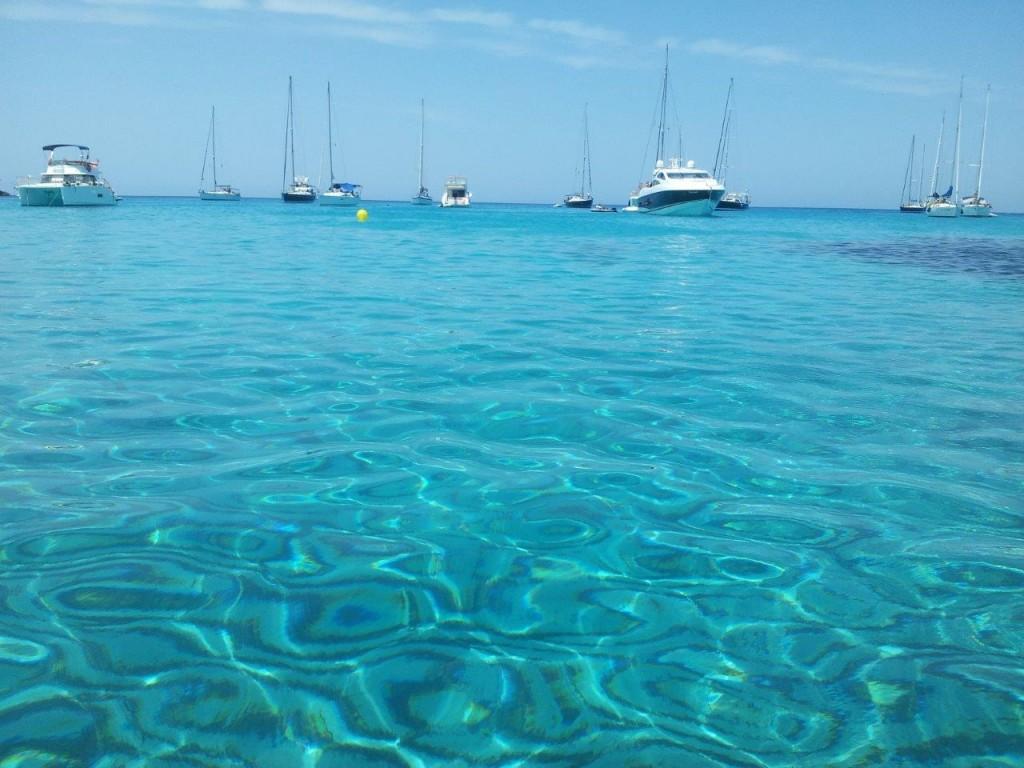 Cala-Saona-en-Formentera- barcos fondeados 024x768 alquiler de barcos Ibiza y Formentera veleros catamaranes yates lanchas motoras
