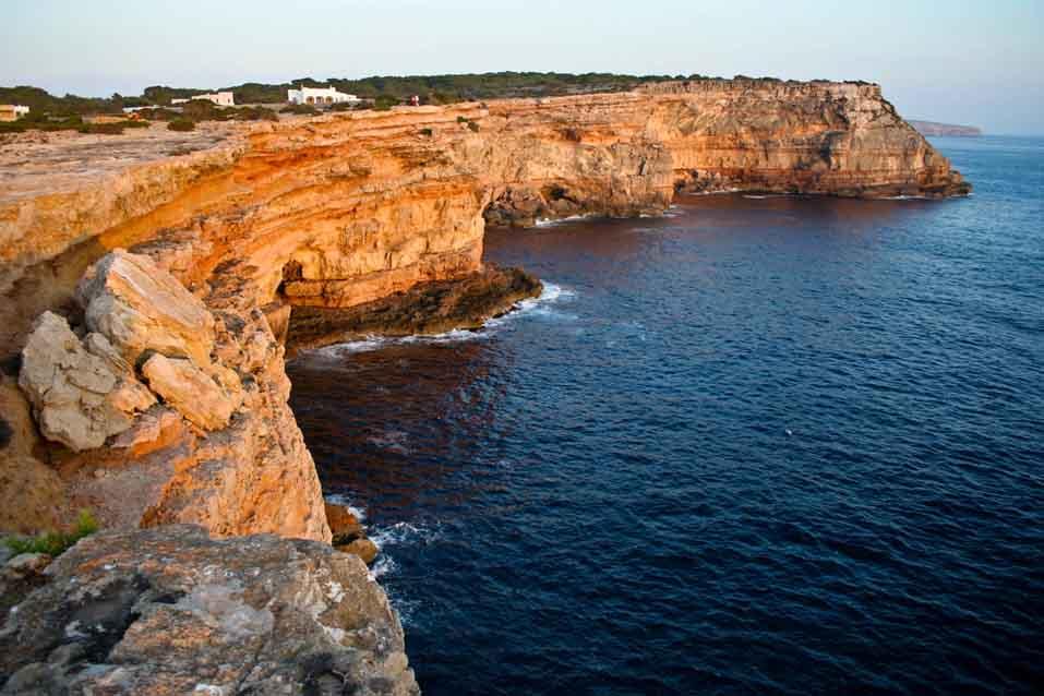 acantilados-punta-rassa alquiler de barcos Ibiza y Formentera Veleros Catamaranes Yates Motoras