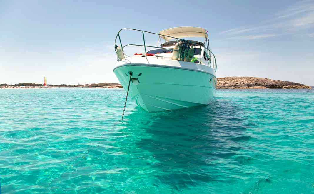 barco fondeado jpg Alquiler barcos Ibiza/ Catamaranes / Veleros/ Yates