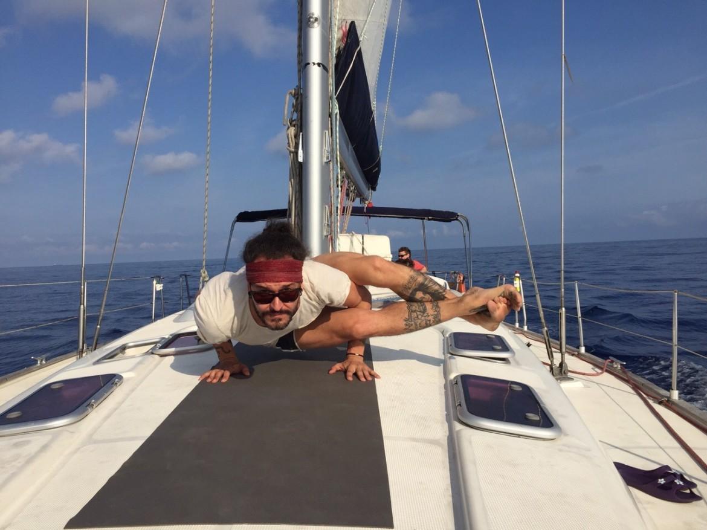 yoga en barco alquiler de barcos veleros, alquiler de catamaranes, alquiler de yates, alquiler de lanchas motoras alquiler de embarcaciones en Ibiza y Formentera