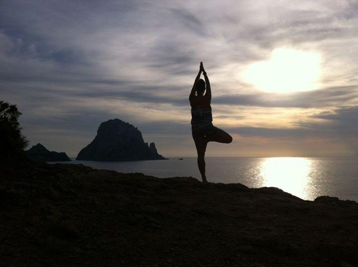 yoga es vedra jpg alquiler de barcos Veleros, alquiler de barcos catamaranes, alquiler de Yates Ibiza y Formentera