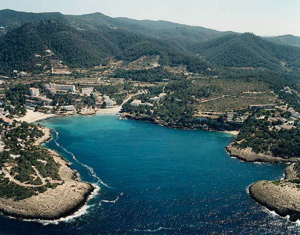 Fondo-de-la-Cala-Portinatx Alquiler de barcos Ibiza y Formentera Veleros Catamaranes Yates Lanchas Motoras