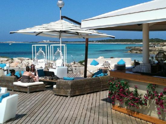 alquiler-barcos-ibiza-Veleros Catamaranes Yates Motoras Bouganville-seaside-club LA SAVINA