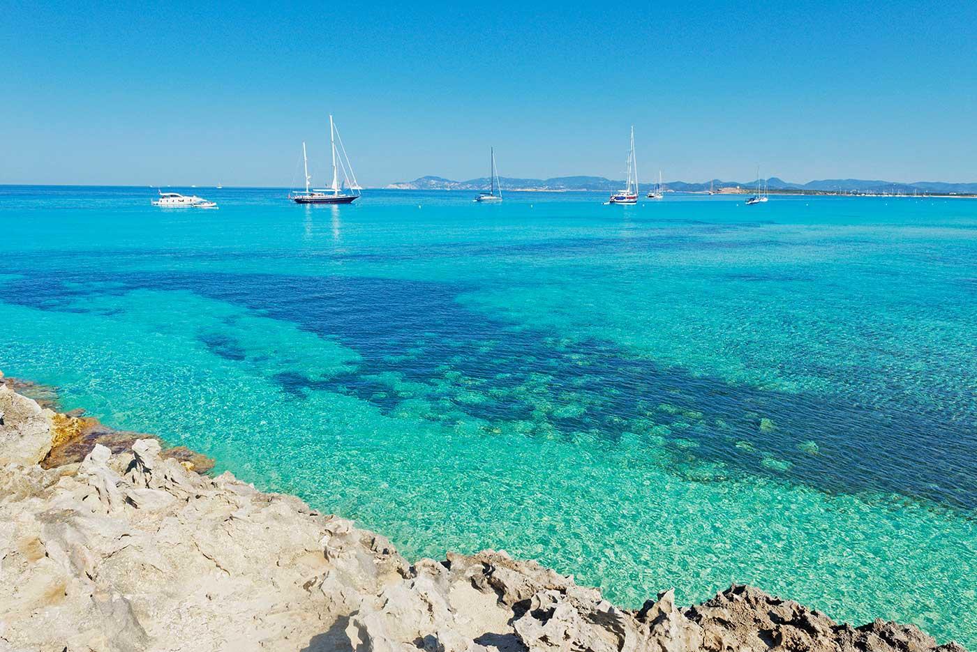 alquiler-barcos-ibiza-Veleros Catamaranes Yates Lanchas playa de ses Illetes jpg