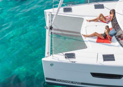 tomando el sol en catamaran