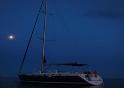 velero-navegando-noche