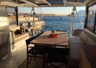 Mesa exterior Alquiler de Catamarán Bali 4.3