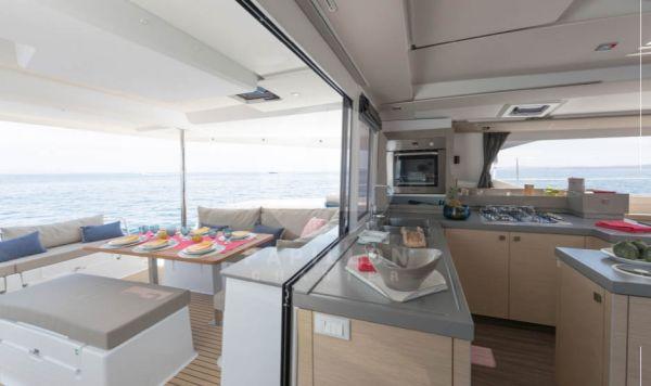 catamaran saona 47 cocina y bañera