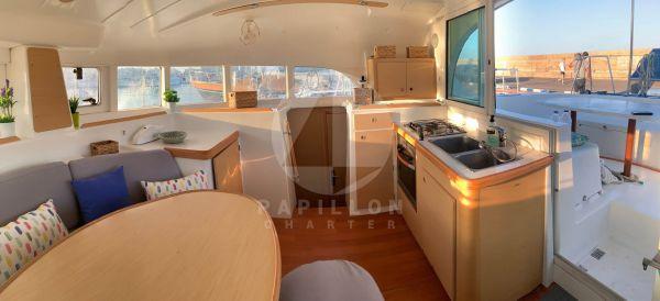catamaran lagoon 380 cocina y bañera