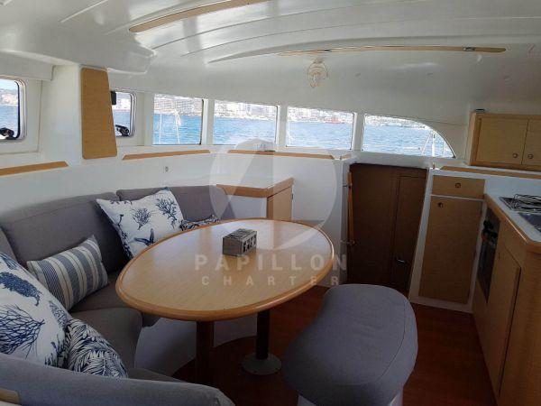 alquiler de catamaran en ibiza salon interior